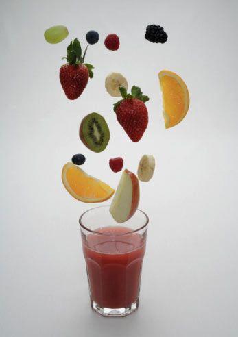 En besleyici 5 meyve!  Doktorlara göre deli gibi sebze ve meyve yememiz lazım. Biz size en yararlılarını söyleyelim de, işiniz kolaylaşsın!   Doktorlar, gazeteler, televizyonlar, sürekli taze besinlerle beslenin, sebze, meyve yiyin diye kulağımızın dibinde davul çalıyorlar. Eh biz de anlaksız, anlayışsız değiliz, Amerikalıların peşinden 'Hurra!' diyerek, sağlıklı hayata doğru yelken açıyor, taze meyve ve sebzelerden sebepleniyoruz. Yiyoruz, yiyoruz da, bu yediklerimizin hangisi gerçekten bizi tıka basa vitamin ve mineralle dolduran ve küçük atom karıncalar olmamızı sağlayan besinler acaba?